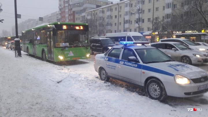 В центре Тюмени автобус сбил пьяного пешехода
