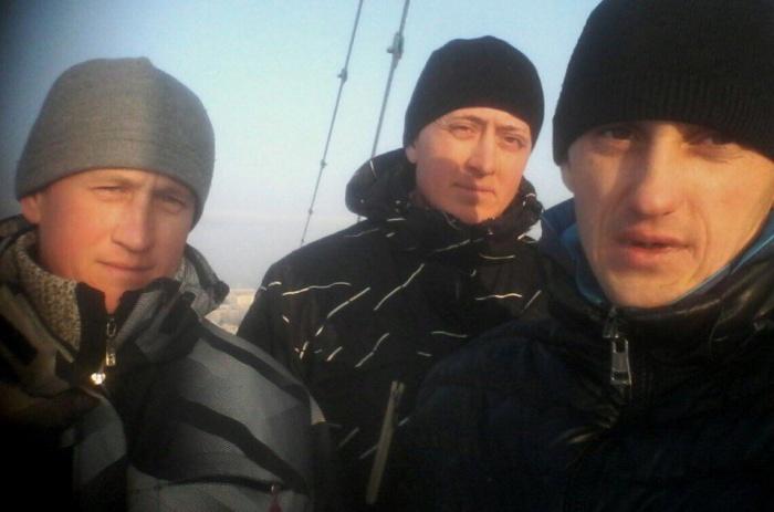 Мужчины требуют выплат зарплат — фото сделано днём 14 декабря из кабины башенного крана