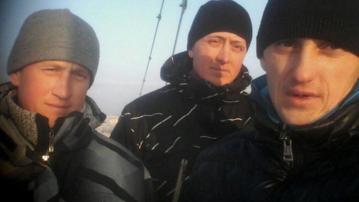 Три новосибирца залезли на башенный кран и требуют зарплату