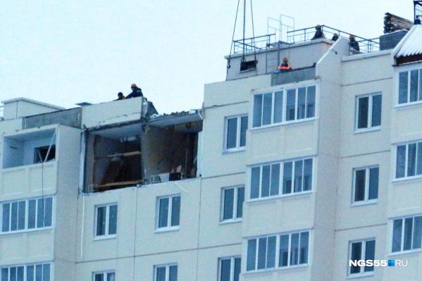 Строители демонтируют перегородки в квартире на десятом этаже, где произошёл взрыв