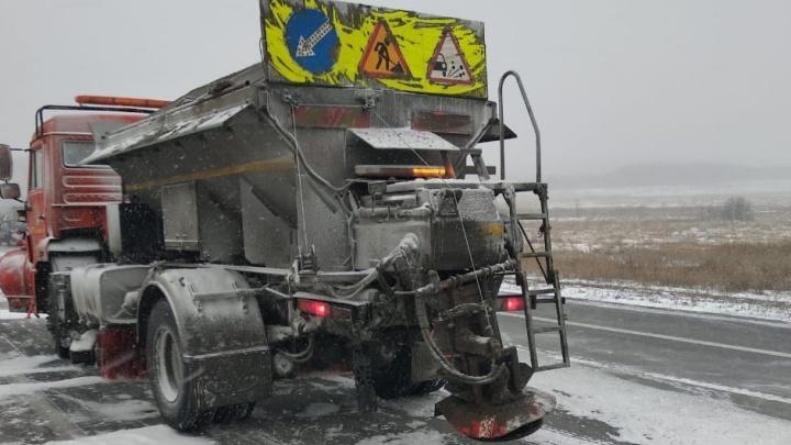 Скорая помощь въехала в КАМАЗ на трассе: два человека пострадали
