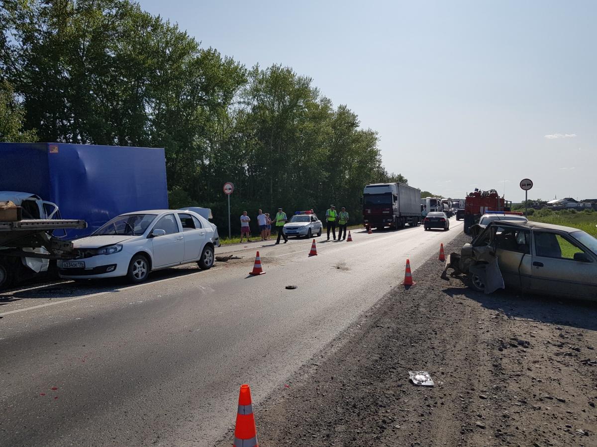 УDaewoo Nexia (справа) смята задняя часть. В ДТП пострадали водитель и пассажир автомобиля