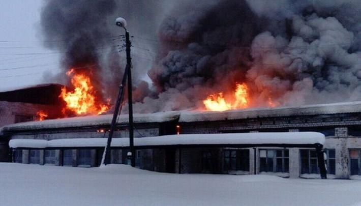 """«Его давно разворовывали """"металлисты""""»: в поселке Урдома загорелось здание бывшей школы"""