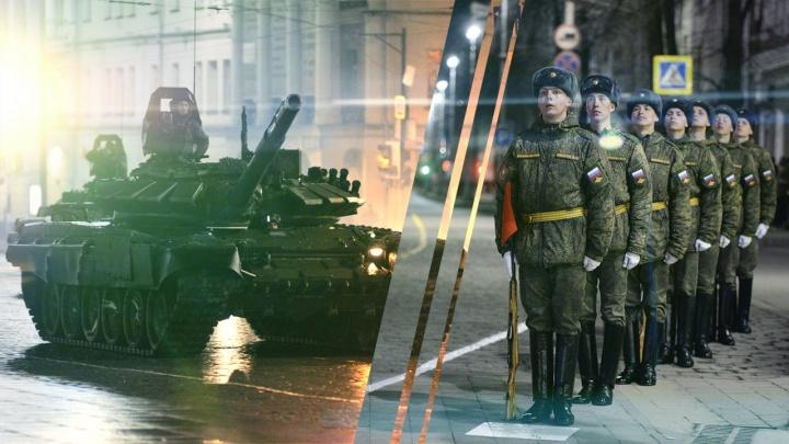Танки в центре города: смотрим первую репетицию парада на главной площади Екатеринбурга