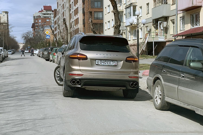 «Я паркуюсь как чудак»: «Порше Кайен» ЕЕЕ — не проедете, пока я не разрешу