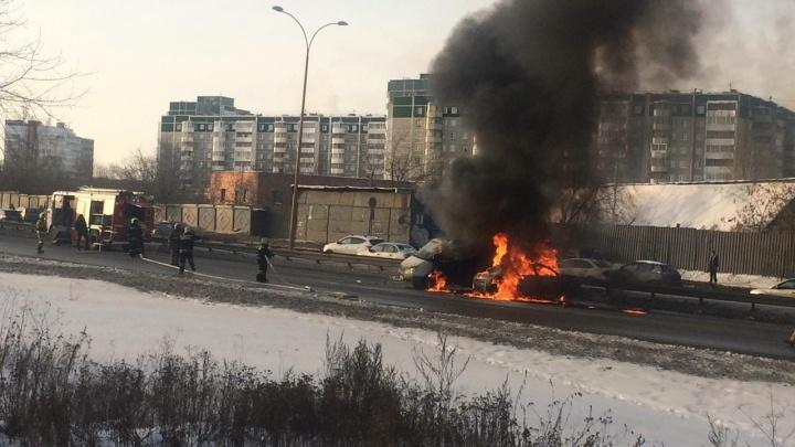 Удар пришелся прямо в бак: на Объездной сгорели два столкнувшихся автомобиля