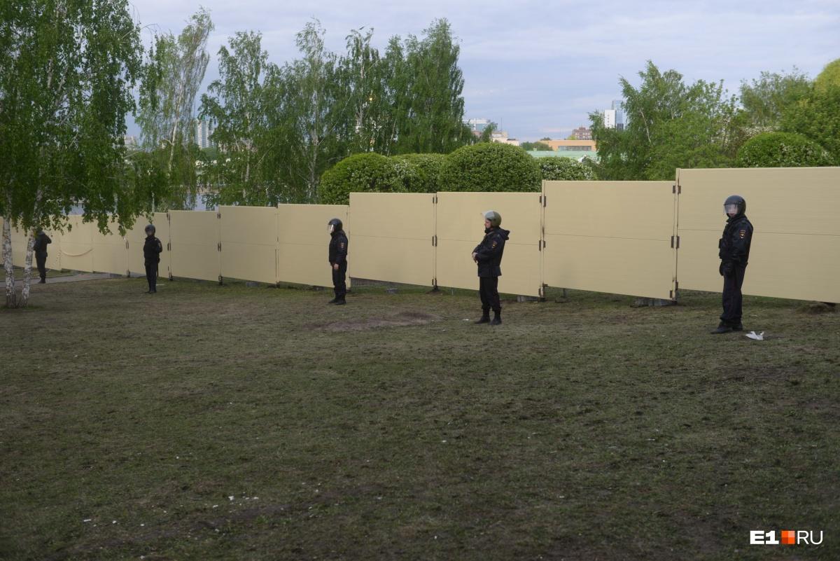 И этот новый забор охраняет ОМОН