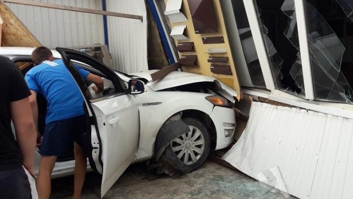 В Волгограде в результате аварии иномарка врезалась в павильон — пострадал ребёнок