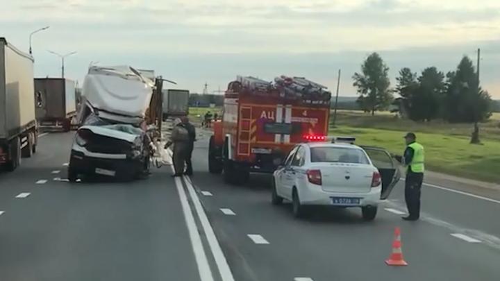 Стало известно, кто был за рулём разбившегося грузовика на М-8 в Ярославском районе