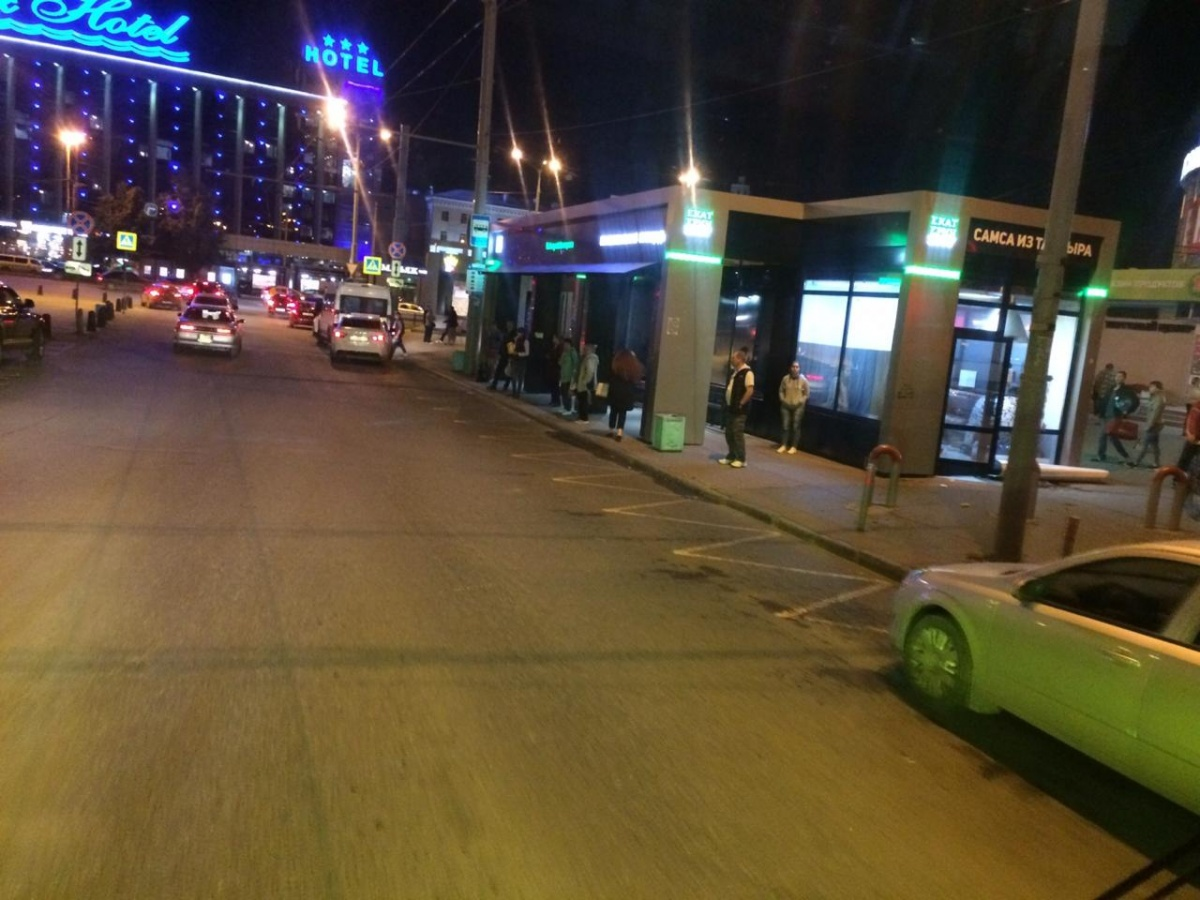 Водитель серой легковушки думает, что не мешает автобусу, ведь он стоит в самом начале дорожной разметки, обозначающей остановку. Но по правилам нужно парковаться за 15 метров от желтой линии