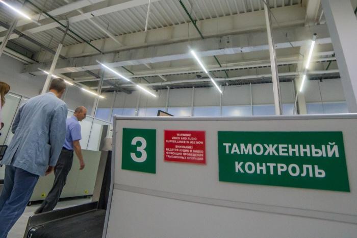 Пассажир с поддельной валютой попытался пройти таможенный контроль в аэропорту Толмачёво