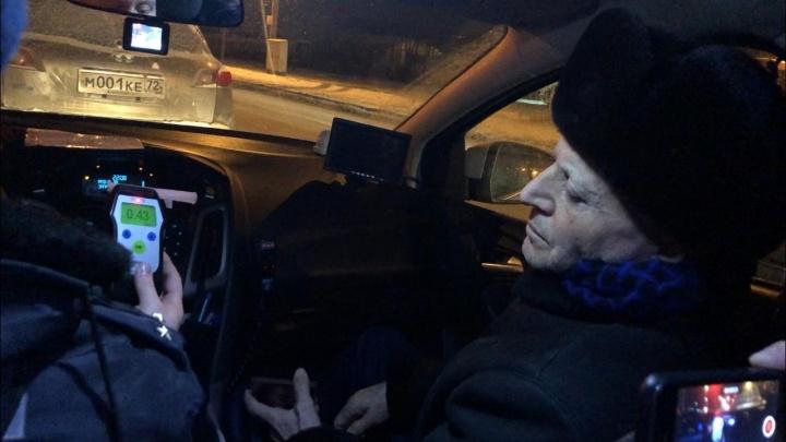 Пьяный лихач наInfiniti снес ограждение на 50 лет Октября и пытался уехать. Но не смог