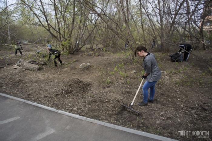 Весной жители ближайших домов вывезли с этой территории больше 40 мешков мусора