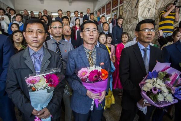 Представители КНДР принесли к новой табличке цветы