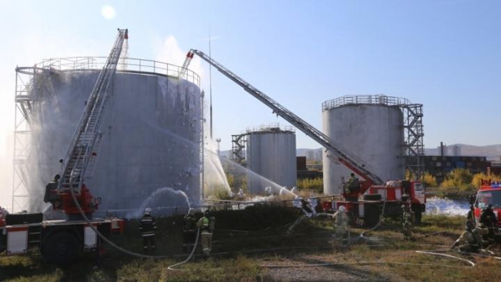 Почти 300 человек выехали тушить пожар в резервуарах нефтебазы: в МЧС отрабатывали самые сложные учения
