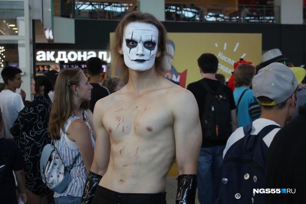 Парень, косплеивший героя фильма «Ворон», признался, что на фестивале у него не было отбоя от девушек