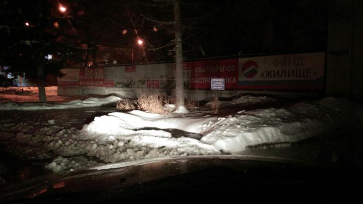В центре Омска улицу затопило холодой водой