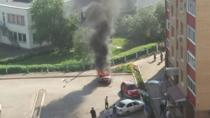 В Уфе в припаркованной машине взорвалась канистра с бензином