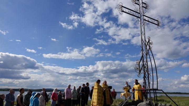 «С метеоритом никак не связан»: на берегу Чебаркуля появился пятиметровый поклонный крест