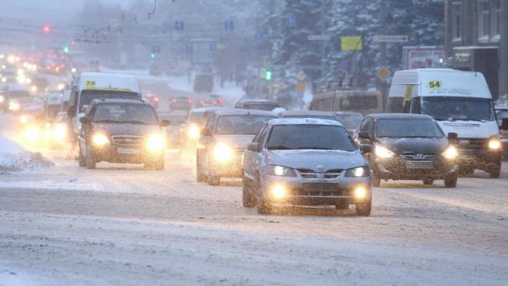 «С утра 16 аварий»: из-за утреннего снегопада Челябинск встал в пробки 8 баллов