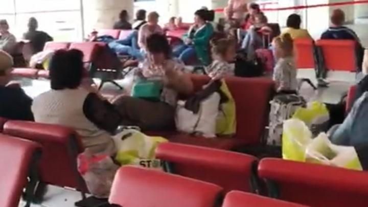 «Ходят в масках, никого не выпускают»: запертые в аэропорту Анкары волгоградцы сняли видео