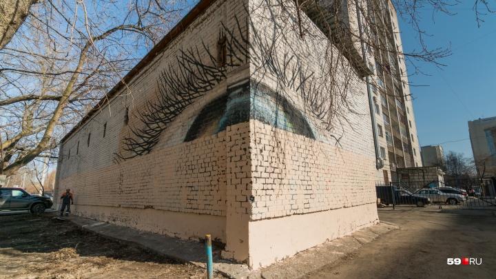 В Перми коммунальщики закрасили граффити «Угол зрения» Александра Жунева