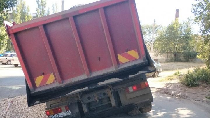 В Волгограде под грузовиком провалилась дорога