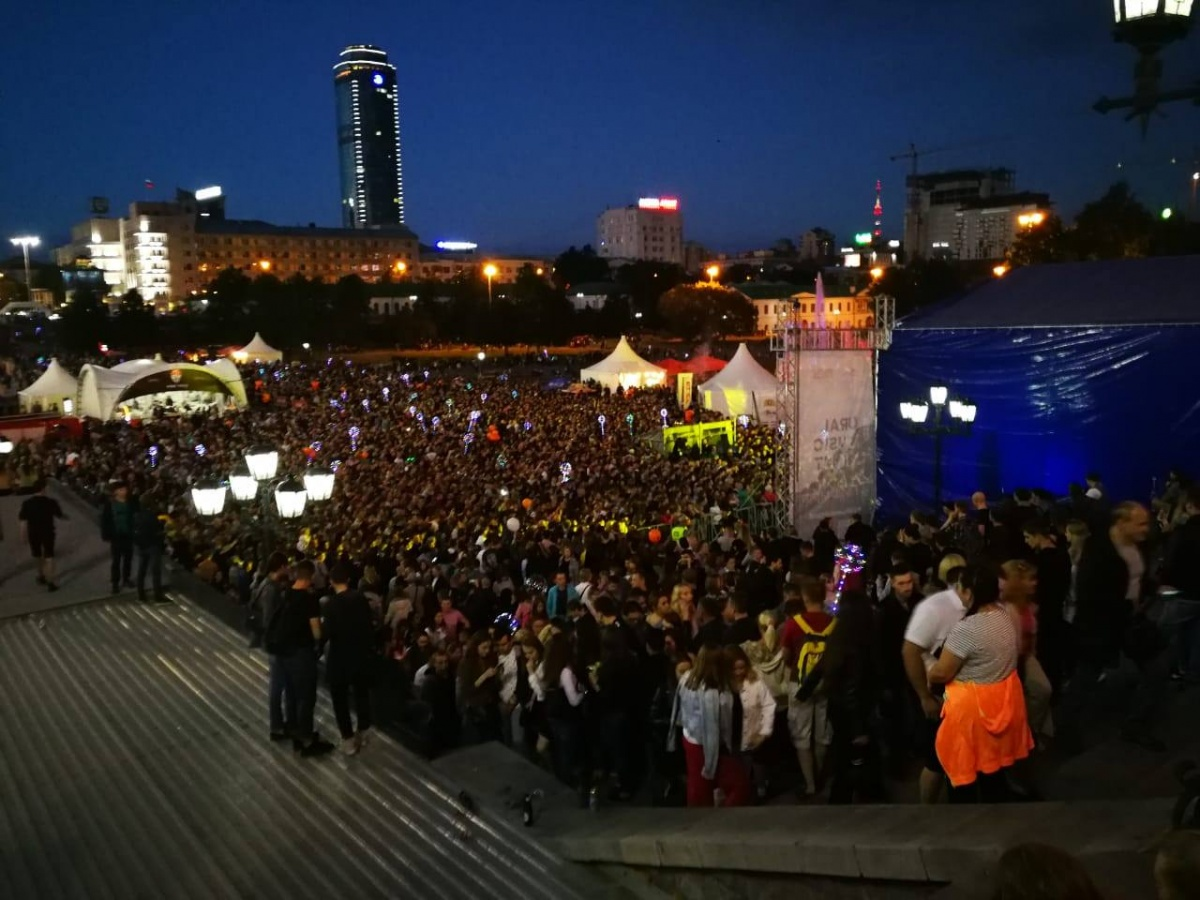 Наш читатель Евгений снял огромную толпу зрителей у Трофима