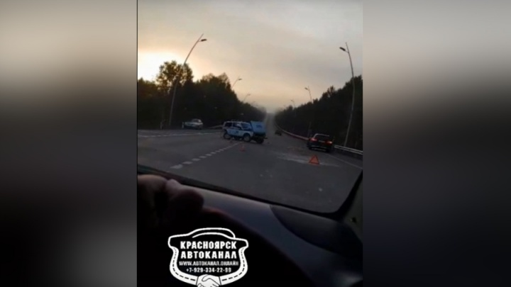 Водитель «Мерседеса» врезался в разворачивающуюся патрульную «Ниву» по дороге в аэропорт