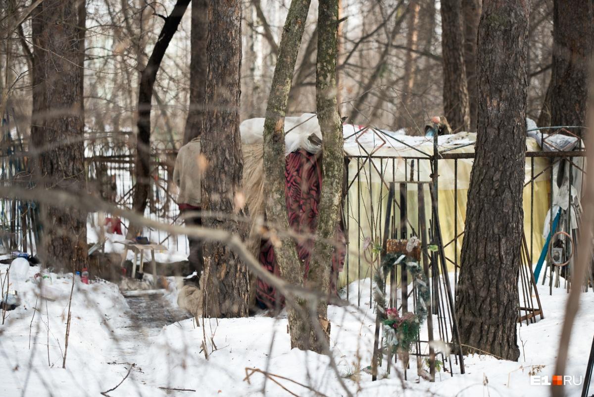 За могилами виднеется домик. По словам Татьяны Мосуновой, на этом кладбище часто живут бомжи