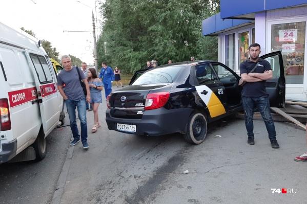 Авария с вылетом такси в цветочный киоск произошла на остановке «Бабушкина»
