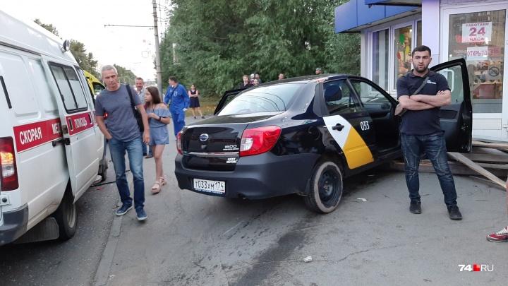 Отделались испугом: пассажиров «Яндекс.Такси», влетевшего в остановку, отпустили из больницы