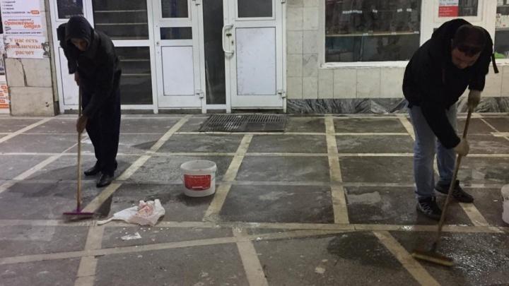 Отмыли, пока город спал: в подземные переходы в центре Челябинска нагнали уборщиков и маляров