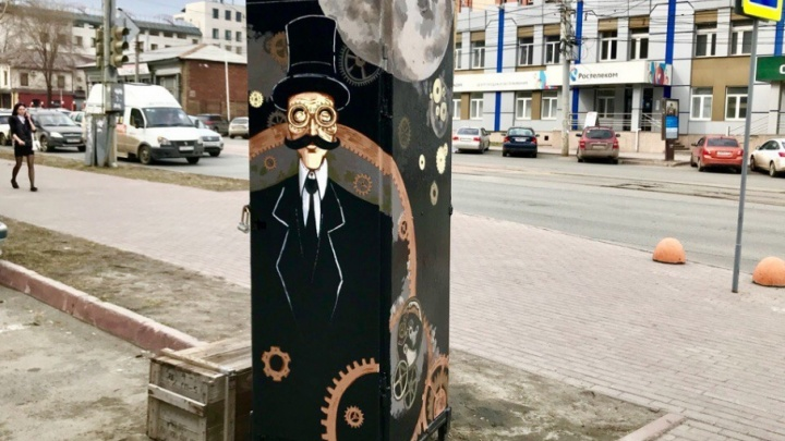 Усы и часы: урбанисты разрисовали ещё одну трансформаторную будку в Челябинске