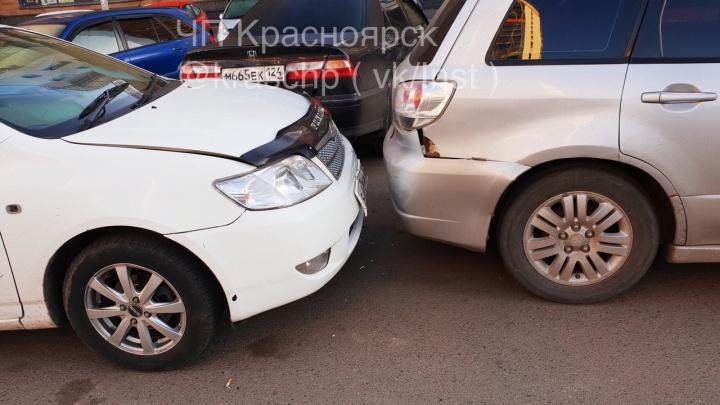 Водитель пытался раздавить пьяного обидчика в«Росах», но протаранил два авто