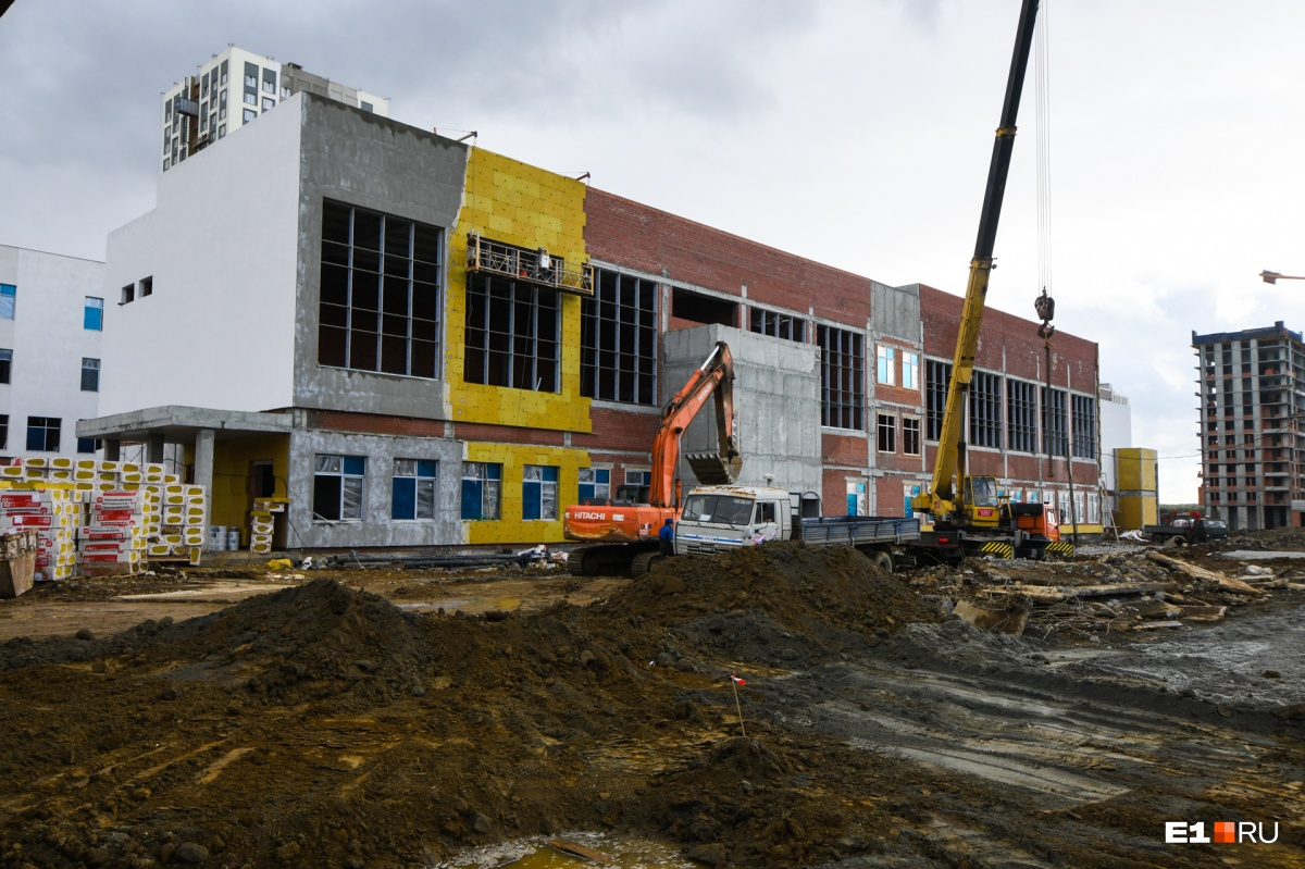 Одна из самых больших школ в Екатеринбурге, она вместит 1200 детей