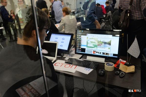 Многие екатеринбуржцы во время перерывов сидят в соцсетях или играют на смартфоне или компьютере