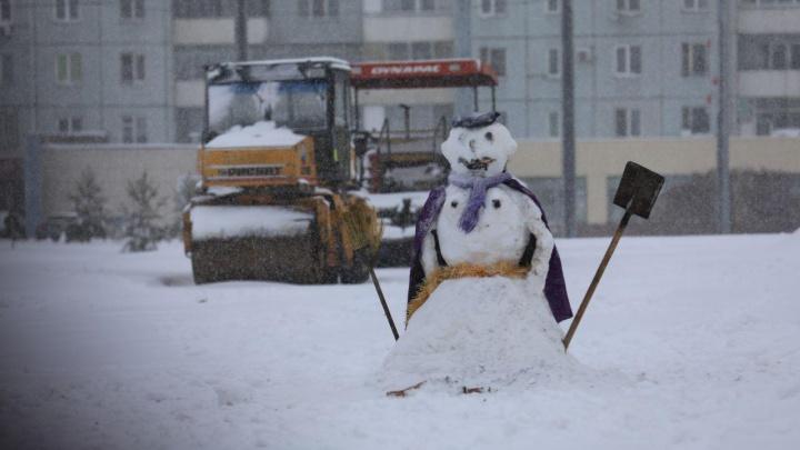 С началом снегопадов коммунальщики продолжают укладывать асфальт