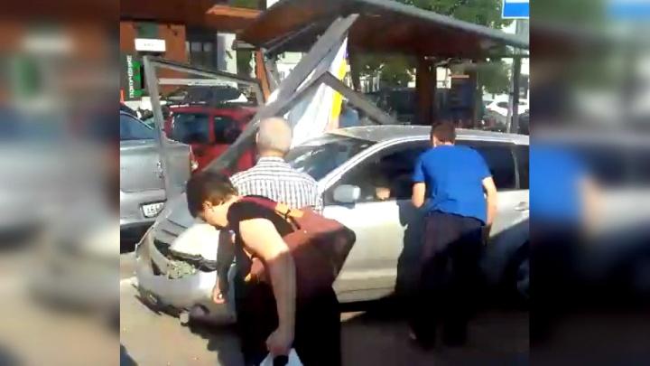 «Порезало осколками»: в Самаре иномарка протаранила остановку на Полевой