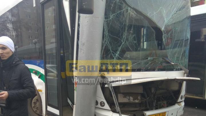 В Уфе автобус с пассажирами врезался в столб