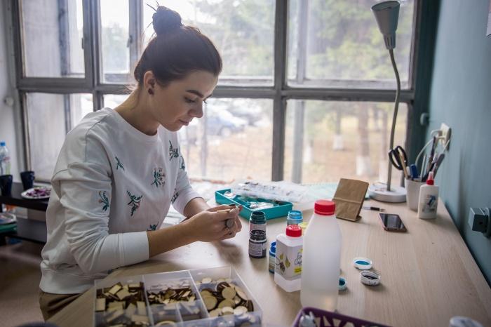 Даша Масликова за работой в мастерской, в которую недавно переехала