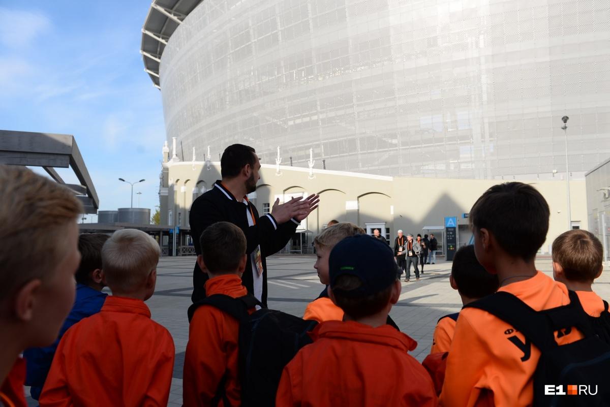 Экскурсия начинается у стен арены