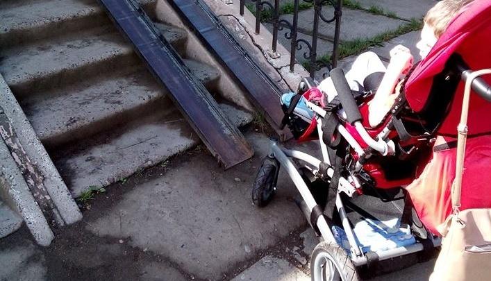 «Город бордюров и заборов»: мама прикованного к коляске показала дико неудобные пандусы поликлиник