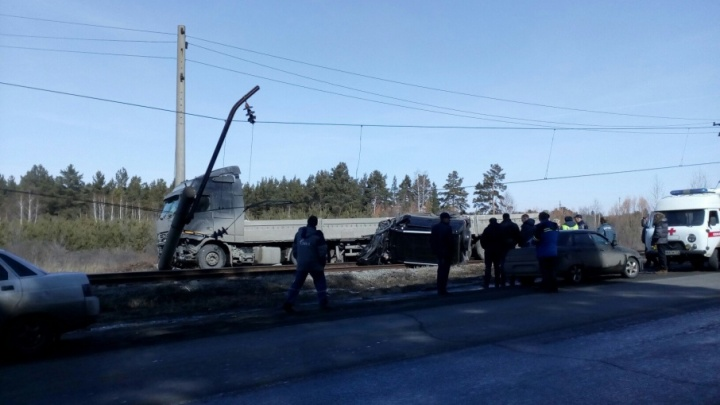 Вылетели на рельсы: в столкновении «Патриота» и грузовика погибли двое южноуральцев