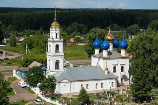 На месте синего домика за храмом сейчас большая двухэтажная постройка в сайдинге