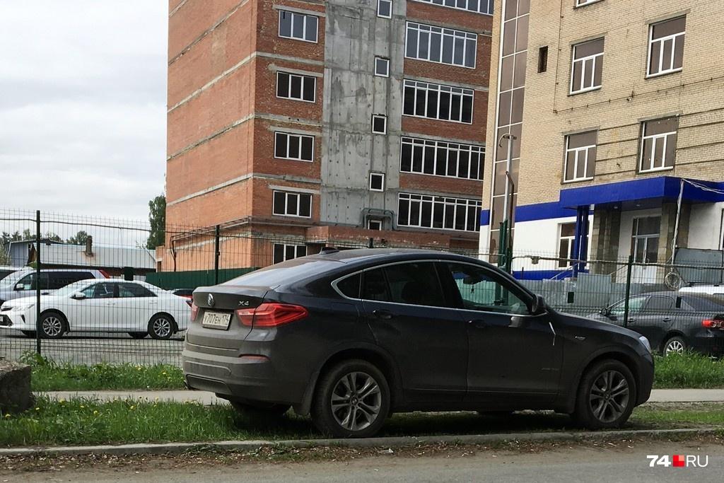Этот BMW X4 около дома №46 по ул. Тарасова, по словам автора снимка, паркуется так постоянно. Автомобиль стоит 3,5 миллиона рублей и больше, но у владельца всё равно нет денег, чтобы оплатить парковку, и нет обычной порядочности, чтобы поставить в разрешенном месте