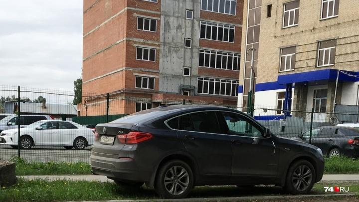 Я паркуюсь, как баран: смотрим подборку «баранесс» на газоне и крутых, но кривых BMW