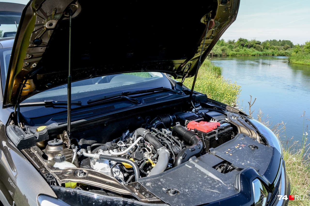 Редкий случай: мотор не закрыт декоративной крышкой. Зато у капота есть пара микролифтов