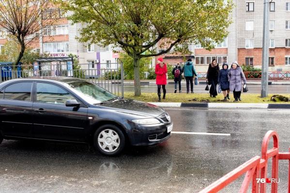 Пешеходы каждые пару минут перебегают дорогу там, где ещё недавно был переход