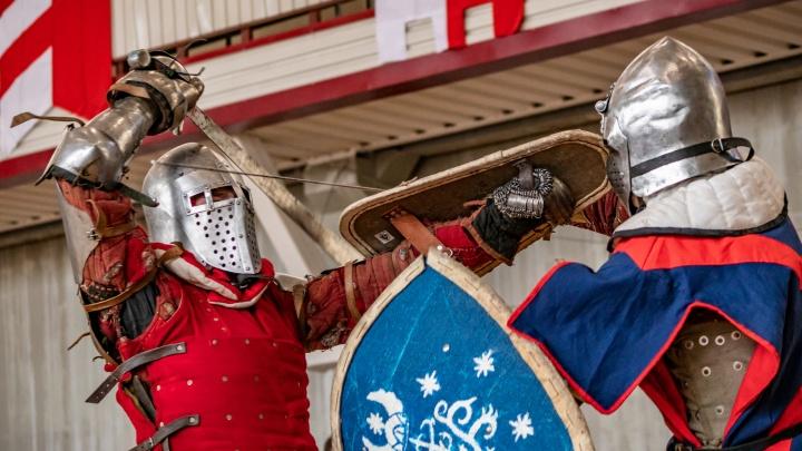 В Екатеринбурге средневековые рыцари выбивали искры мечами, стараясь нанести как можно больше ударов